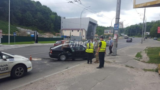 ДТП вКиеве: машина с военнослужащими прокурорами врезалась встолб